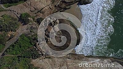 Вид с воздуха на волнах и утесах моря вектор природы предпосылки красивейший сделанный Холм Arpoador акции видеоматериалы