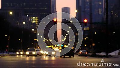 Запачканное движение в городе вечером Автомобили двигая через пересечение со зданиями Чикаго на заднем плане видеоматериал
