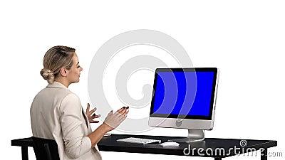 Звонок дела видео-, коммерсантка имея видеоконференцию, белую предпосылку Дисплей модель-макета голубого экрана видеоматериал