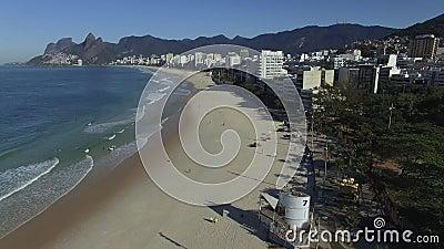 Известный пляж в мире Чудесный пляж с серферами Рай серферов на этом пятне Бразильское лето видеоматериал