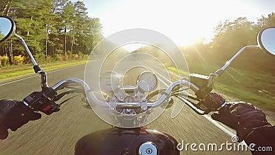 Изумляя катание мотоцикла к солнцу в вечере Классические крейсер/тяпка навсегда! видеоматериал