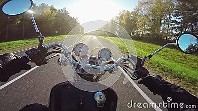 Изумляя катание мотоцикла к солнцу в вечере Классические крейсер/тяпка навсегда! сток-видео