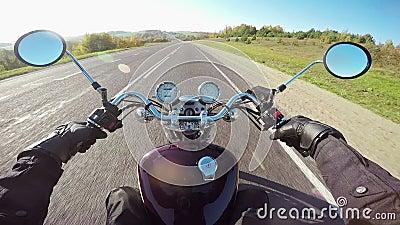 Катание мотоцикла, широкая точка зрения всадника Классические крейсер/тяпка навсегда! видеоматериал