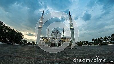 кинематографическая готовя левая сторона 4K к отснятому видеоматериалу упущения подходящего момента мечети государства Selangor в сток-видео