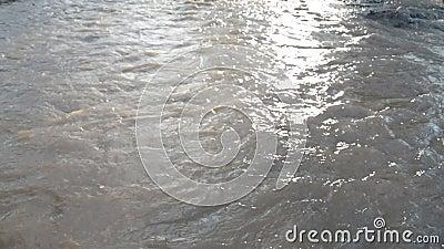Кипя коричневая вода сток-видео