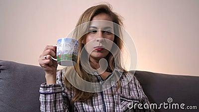 Конец-вверх Девушка ест таблетку и выпивает ее вниз холодно 4K медленный mo сток-видео