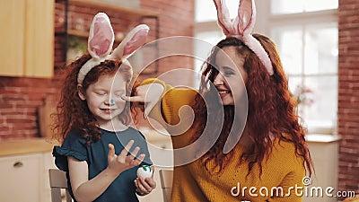 пасха счастливая Молодая мать и ее маленькая дочь покрасить друг друга яйца и стороны Шутки семьи видеоматериал