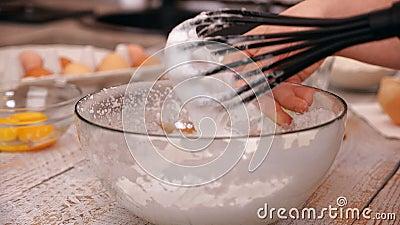 Пена хлыста руки женщины толстая белизн яйца в стеклянном шаре сток-видео