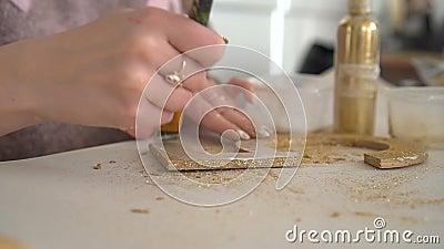 Делать деревянные украшения из деревянный 5 и золотой яркого блеска workplace сток-видео