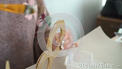 Делать деревянные украшения из деревянный 8 и золотой яркого блеска workplace сток-видео