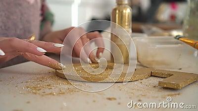 Делать деревянные украшения из деревянной диаграммы и золотого яркого блеска workplace сток-видео