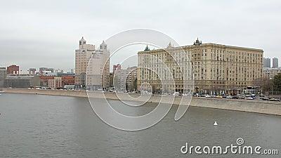Старые здания на обваловке города Москвы во дне осени видеоматериал
