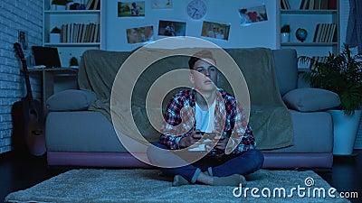 Студент играя видеоигры поздно вечером вместо изучая, мальчика игры пристрастившийся видеоматериал
