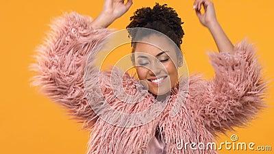 Счастливая стильная женщина двигая к музыке, наслаждаясь танцевать, торжество партии, потеха акции видеоматериалы