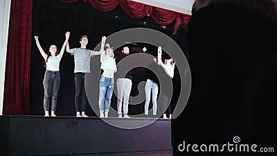 Этап театра Прогулки актеров людей к аудитории и смычкам держа руки видеоматериал
