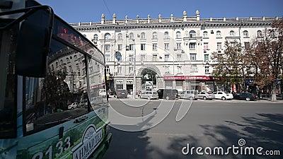 Троллейбус с рекламой чая Ahmad и большим жилым домом акции видеоматериалы