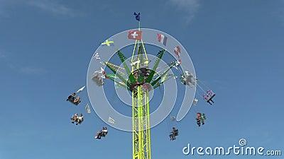 Цепь карусели, привлекательность потехи, ярмарочная площадь с голубым небом, каруселью carousel, отбрасывает парк атракционов, це видеоматериал