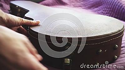 Человек положил гитару в случай акции видеоматериалы