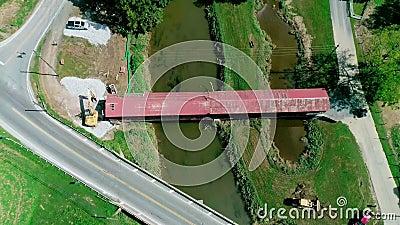 Разбирать 174 - летнего крытого моста дизайна ферменной конструкции свода заусенца, двойная пядь в стране Пенсильвании голландско акции видеоматериалы