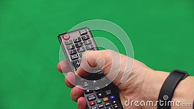 Рука ` s людей контролируйте remote Правая рука зеленый экран Отожмите кнопку видеоматериал