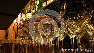 Óculos de champanhe vazios numa prateleira Óculos de coquetel no bar antes da festa Bloqueio, quarentena, epidemia, crise vídeos de arquivo