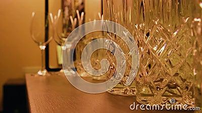 Óculos vazios numa prateleira Óculos de coquetel no bar antes da festa Bloqueio, quarentena, epidemia, conceito de crise vídeos de arquivo