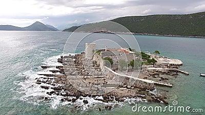 Ö Otocic Gospa nära ön av Mamula På Lustica Monte lager videofilmer