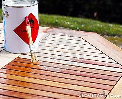 Holztisch wird hölzerner schutz gemalt