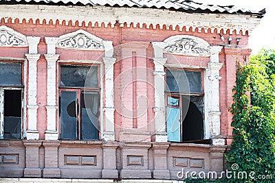 Övergiven byggande fasad