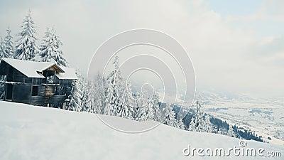 Övergivna hus i snöberg i kallt vinterväder lager videofilmer