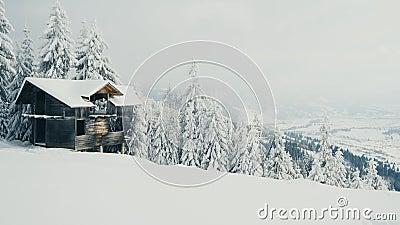 Övergivna hus i snöberg i kallt vinterväder arkivfilmer