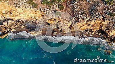 Överkänslig vy över en bergig kustlinje och havet arkivfilmer