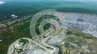 Överkänslig vy av öppet stenbrott - överblick stenbrott för konstruktion med blå himmel mineralmiljö, industri landsbygdslandskap lager videofilmer