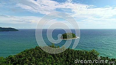 Översikt över tropiska havet Vackra skogskokokosnötspalmer med en liten ö i kusten i havet arkivfilmer
