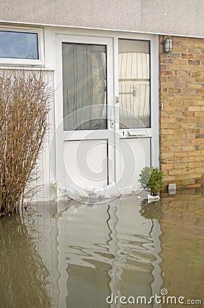 Översvämmad ytterdörr, Basingstoke Redaktionell Arkivbild