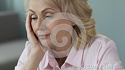 Überarbeitete reife Frau, die am Arbeitsplatz, am Schlafmangel und an den Vitaminen schläft stock video