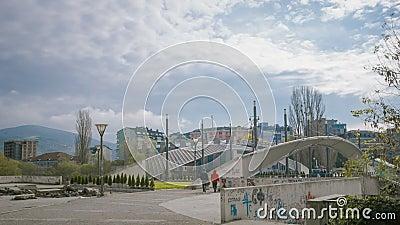 : Überbrücken Sie das Teilen der zwei Teile des StadtSerben und des Kosovar Albaners stock video footage