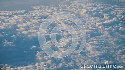 Überfliegen von Zirruswolken und Cumulus-Wolken Aussicht vom Fenster des Flugzeugs stock footage