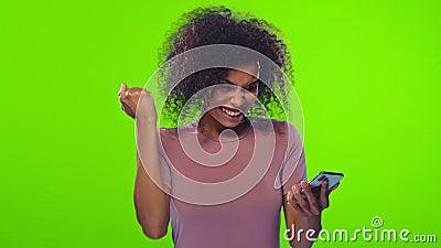 Überraschende dunkelhäutige Dame-Punkte auf Smartphone-Gerät stock video