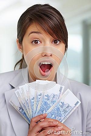 Überrascht - Frau mit Gebläse der Bargeldanmerkungen