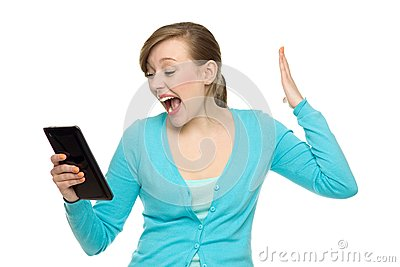 Überraschte Frau, die digitale Tablette anhält