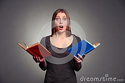 Überraschte Frau mit Büchern