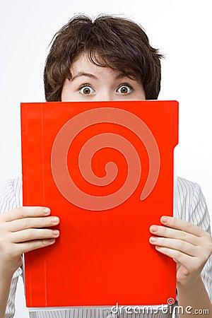 Überraschte Geschäftsfrau mit roter Datei.