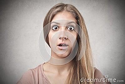 Überraschte junge Frau