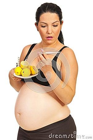Überraschte schwangere Frau des Kranken