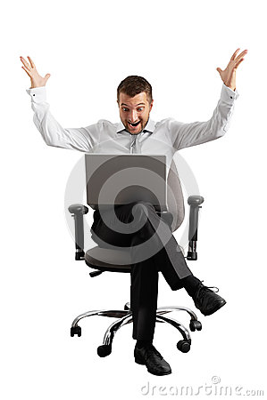 Überraschter Geschäftsmann, der Laptop betrachtet