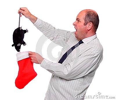 Überraschter Geschäftsmann mit ungewöhnlicher Weihnachtsgratifikation.