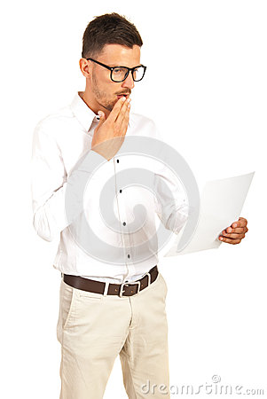 Überraschter Mann, der ein Papier liest