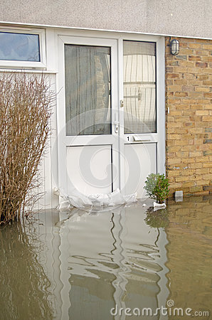Überschwemmte Haustür, Basingstoke Redaktionelles Stockfotografie