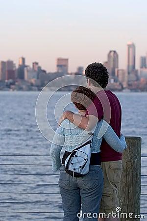 Überwachender Sonnenuntergang der Paare